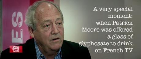 Un momento muy especial: cuando a Patrick Moore se le ofreció un vaso de glifosato en la Televisión francesa.